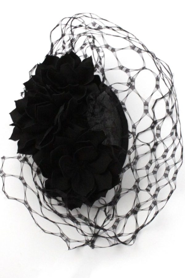 toczek z woalką żałobna pogrzebową smutna z kwiatami