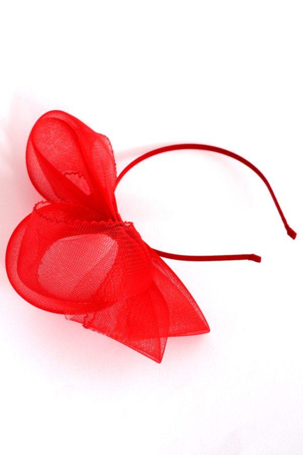 czerwona kokarda z krynoliny