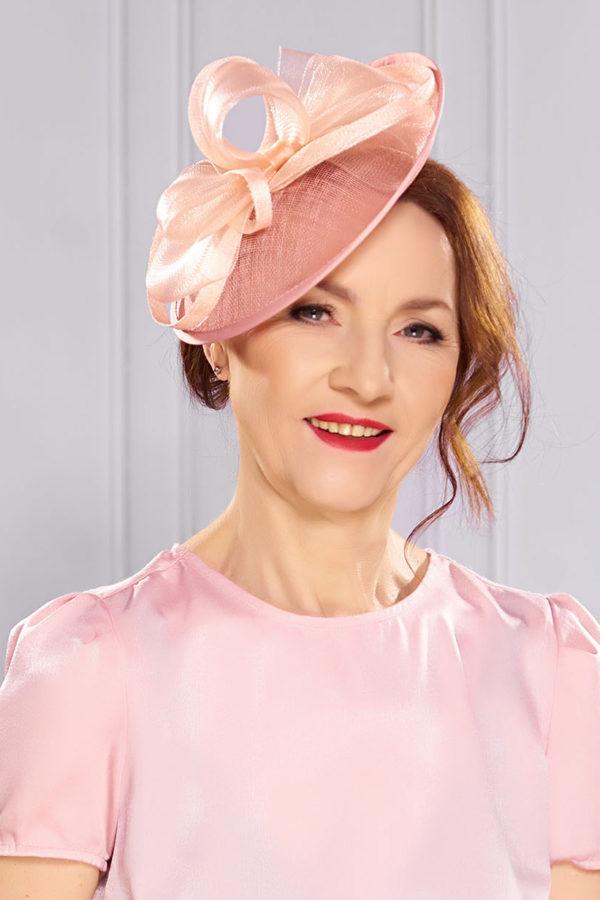 elegancki kapelusz koktajlowy