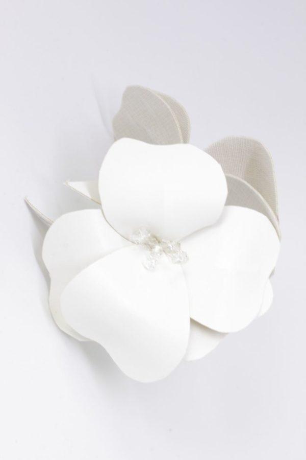 ślubne kwiaty z ekoskóry na spince