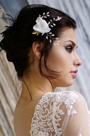 kokówka z białym materiałowym kwiatem