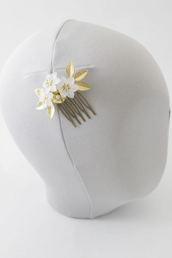 Grzebyk z kwiatami i liśćmi
