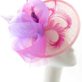 kapelusz z piórkami na wesele