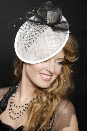 elegancki biały kapelusz z czarnymi dodatkami