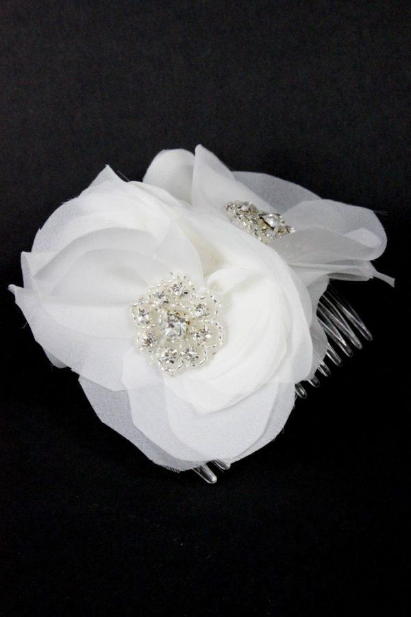 Delikatna ozdoba z kwiatów wykonanych z białego materiału