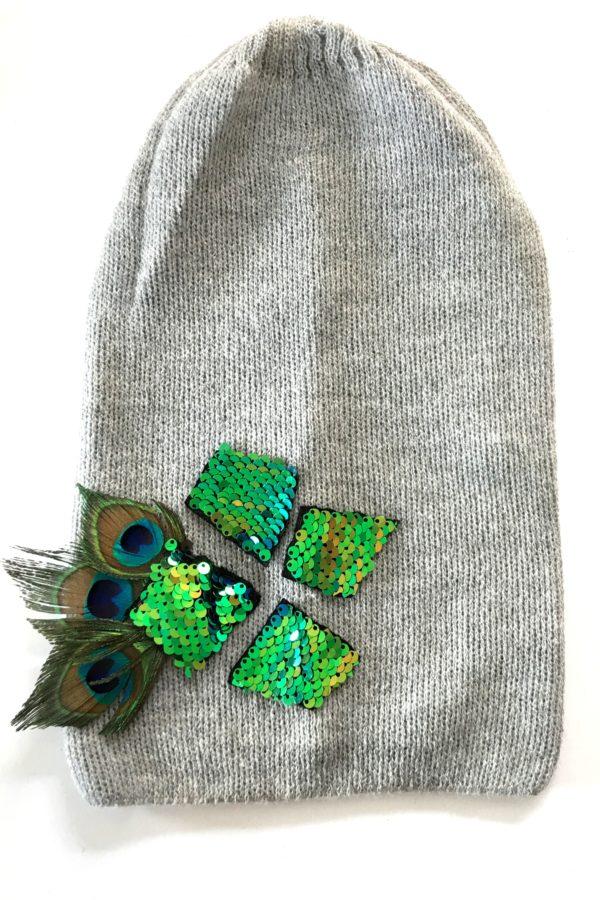 czapka szara z cekinami i piórami