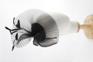 mirage czarny toczek plisowany, woal, pióra