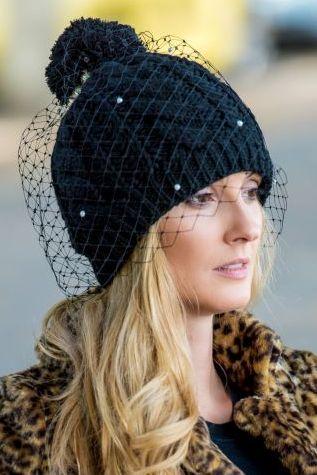 czapka czarna z woalem, pomponem i perełkami