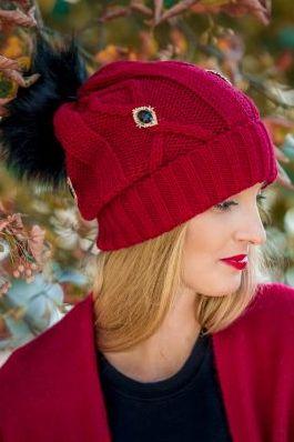 czapka czerwona z pomponem i biżuteryjnymi guzikami