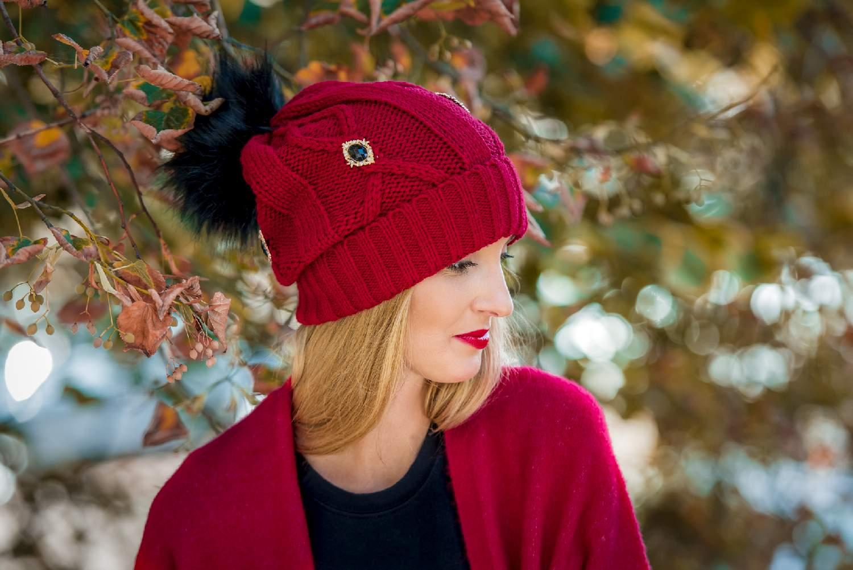 czapka czerwona z pomponem i zdobieniami