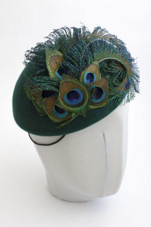 zielony kapelusik z pawimi piórami