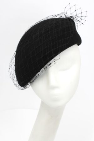 Czarny kapelusik z woalką