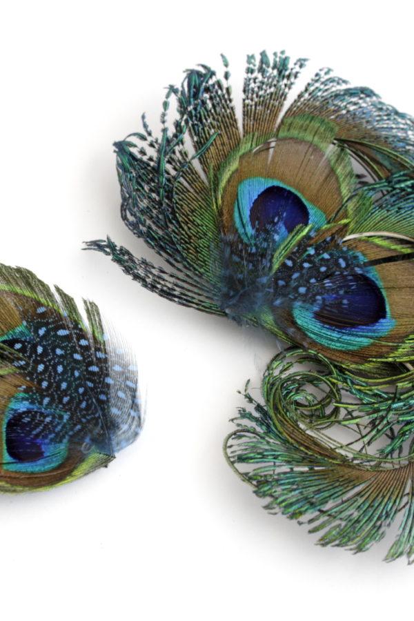 Dwie spinki z pawimi piórami w stylu retro