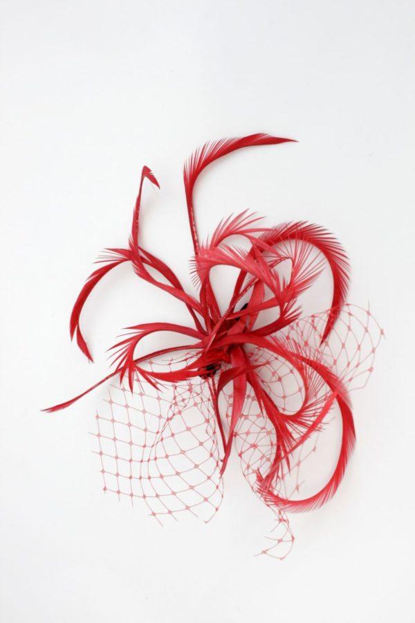 czerwona spinka retro z podkręcanymi piórami