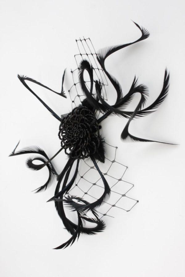 czarna spinka retro z podkręcanymi piórami