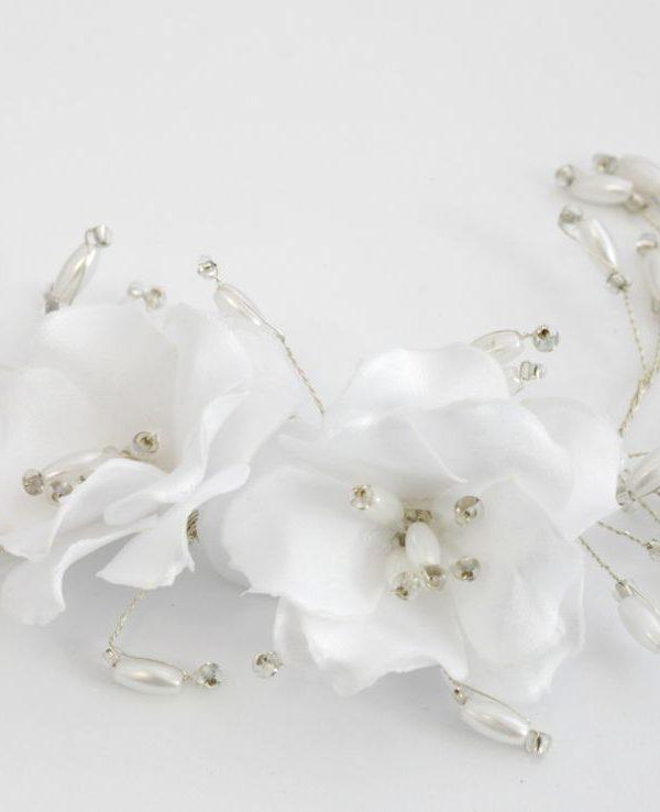 ślubna przypinka z białymi kwiatami