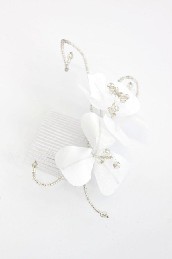 delikatny ślubny stroik z kwiatami