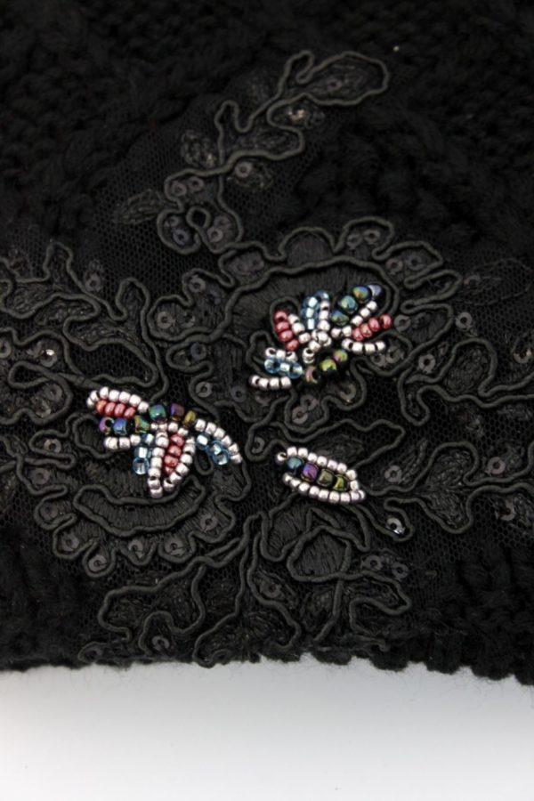 czarna czapka z haftem i mozaiką z koralików
