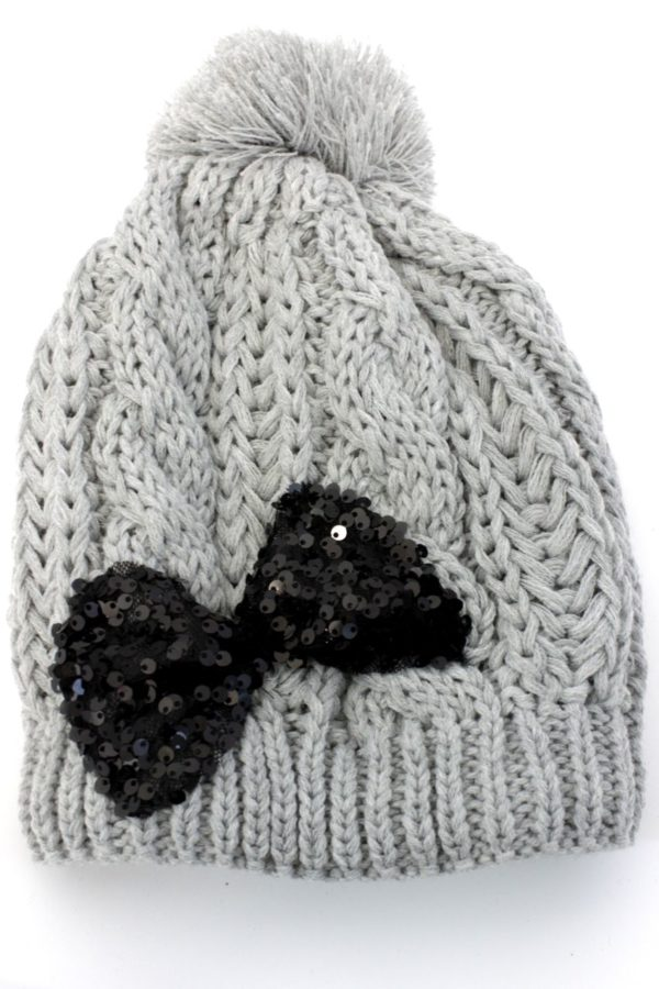 szara czapka z cekinową, czarną kokardą