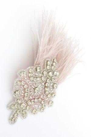 spinka biżuteryjna z jasnoróżowymi piórami