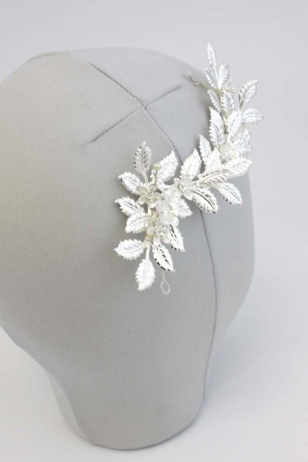 przypinka ze srebrnymi liśćmi i kwiatami