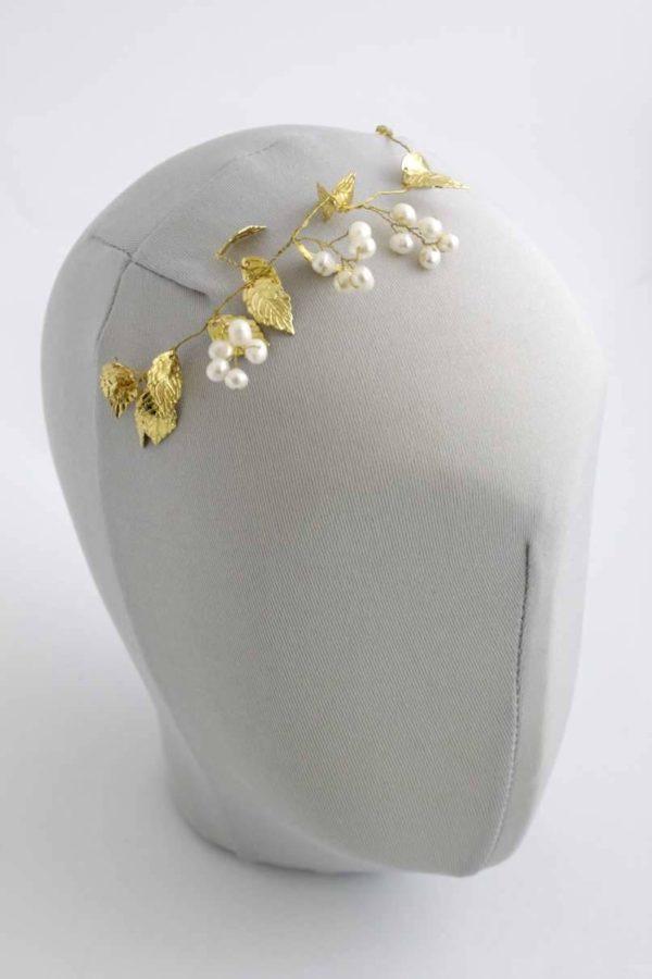 mała przypinka z perełkami i złotymi liśćmi