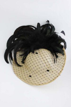słomkowy kapelusz z piórami i woalem