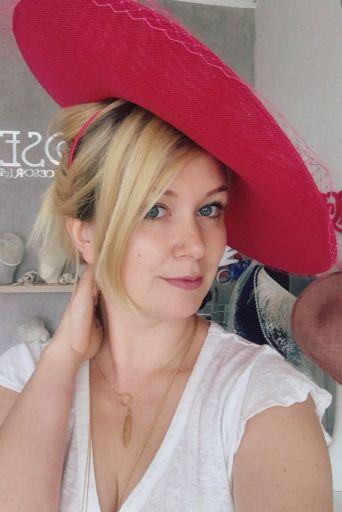 kapelusz koktajlowym w malinowym odcieniu różu