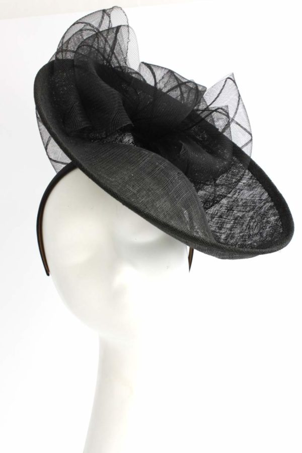 czarny kapelusz z dużym rondem