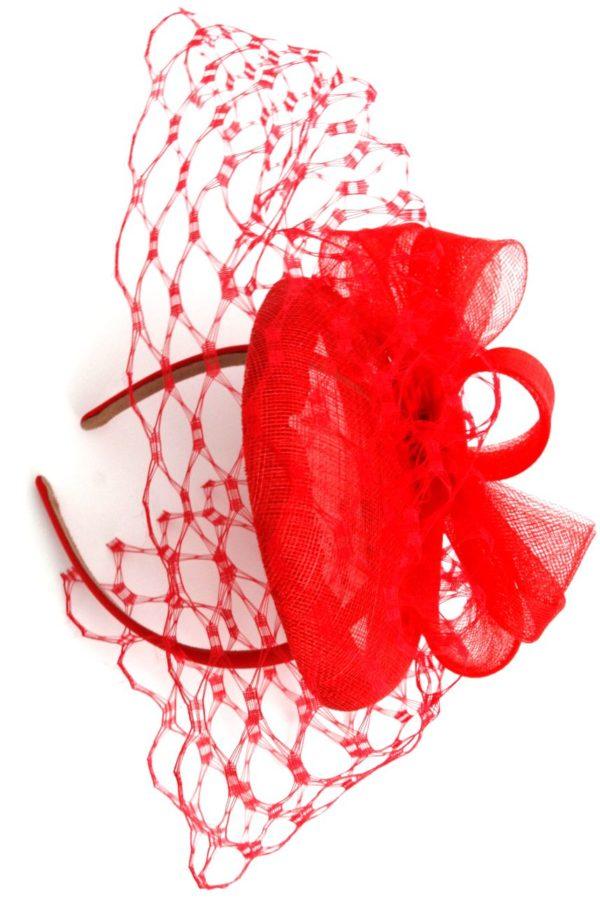 CZerwony toczek z woalką typu DIOR honeycomb z kokardą