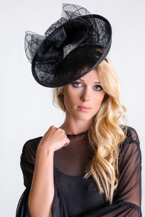 czarny duży kapelusz hattinator na opasce z kokardami