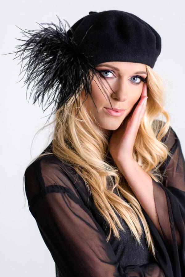 Czarny beret z wełny z przypinka z piórek i perełek