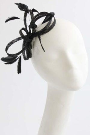 prosty carny fascynator stroik z piórkami na spince splot sinamay
