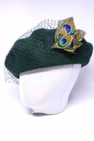 beret z woalką i z piórem zielony
