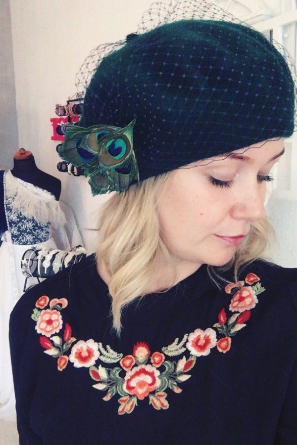 beret zielony jak nosić z antenką wełnaiany z woalką