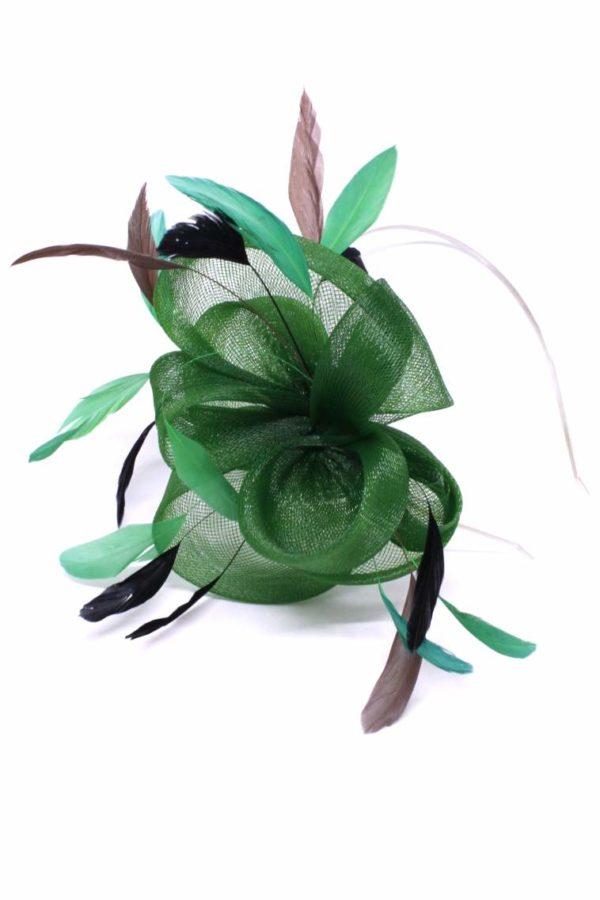zielony fascynator w kolorach ziemi z piórami