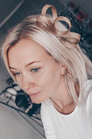 złota ozdoba do włosó blond wlosy