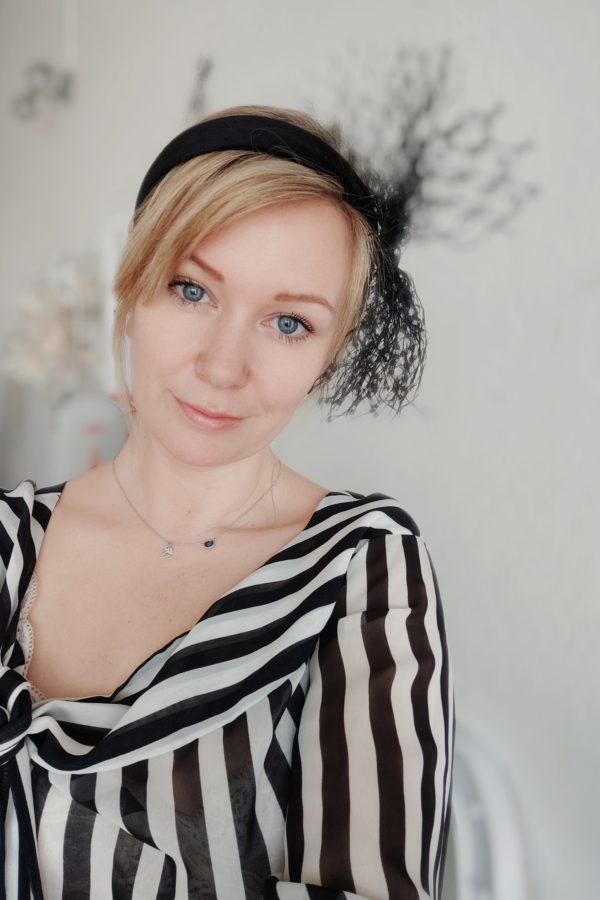 top w paski blondynka opaska z woalką fashiona kolekcja czara woalka
