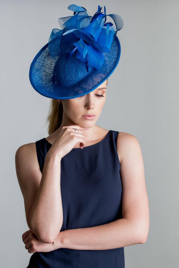 piękna kobieta w kapeluszu niebieskim grnatowym bluewind