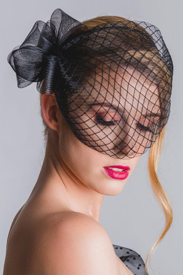 piękna dziewczyna jak anja rubik w czarnej woalce czerowna usta blond fascynator expose