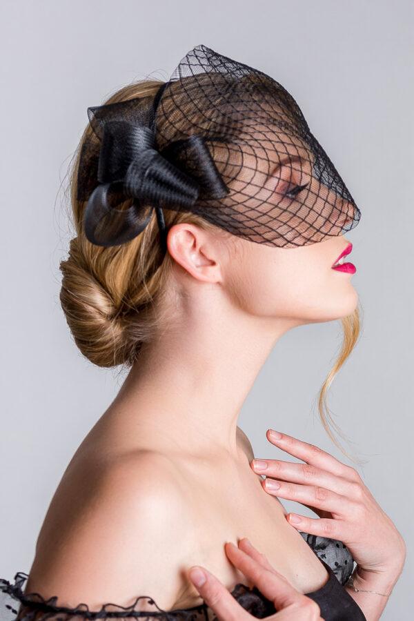 piękna dziewczyna jak anja rubik w czarnej woalce czerwone usta blond fascynator expose