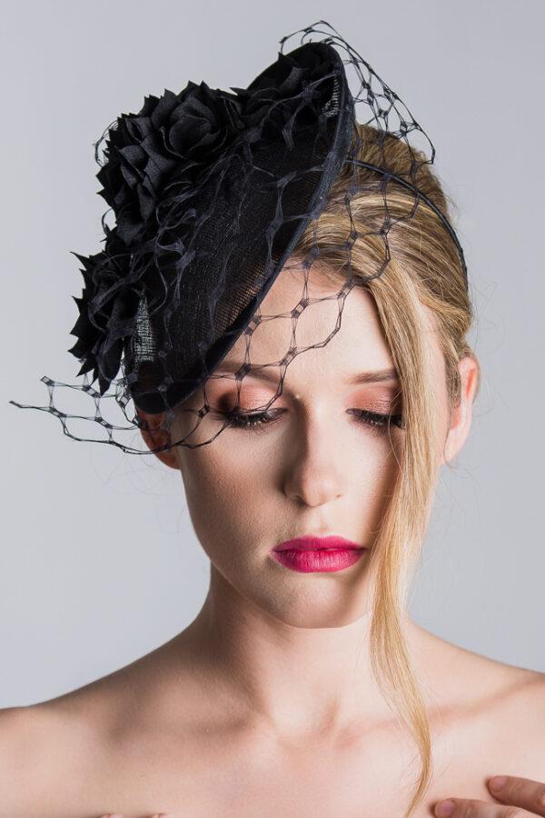 Piękna polska modelak blond w czarnym toczku z woalem na pogrzeb kapelusz pogrzebowy żałobny