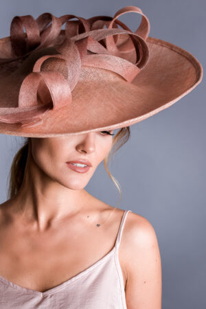 bardzo duży kapelusz koktajlowy , hattinator pudrowy róż