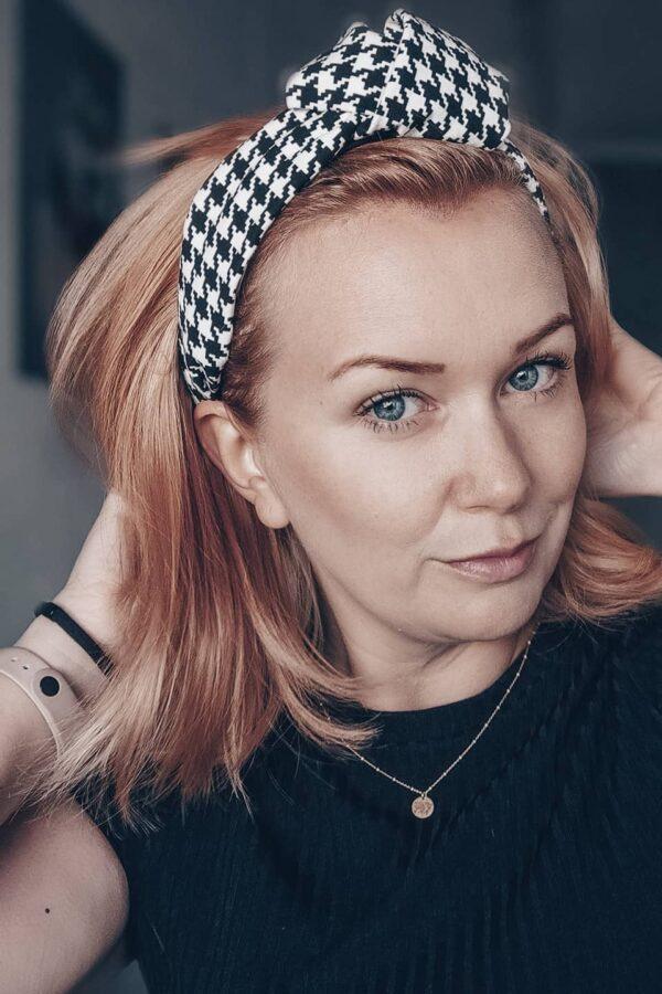 opaska szeroka z węzłem pepitka na blond włosy jesień