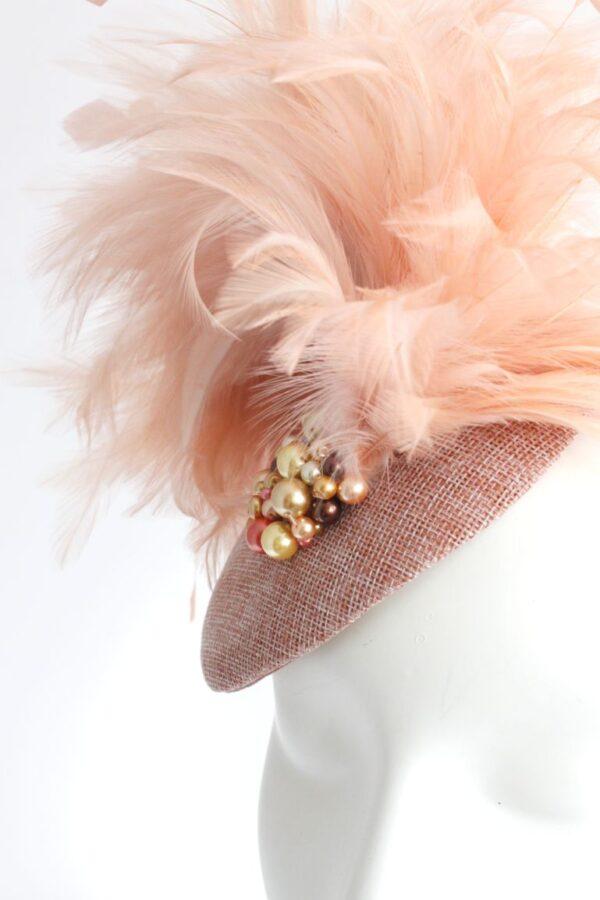 synergy toczek kapelusik w kolorze łososiowym pudrowy róż i pióra oraz