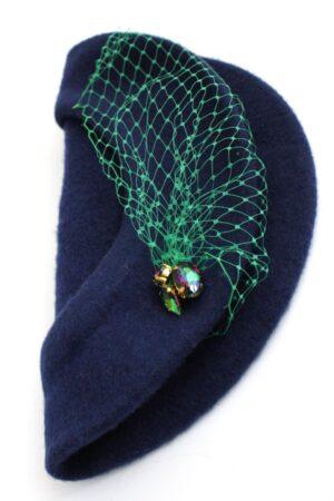beret granatowy z zieloną woalką i kryształami