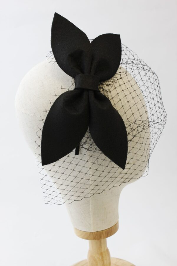 czarna kokarda fascynator piękna minimalistyczna z woalką