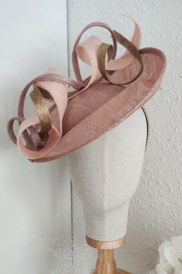 Dejani toczek kapelusz koktajlowy bez pudrowy róz złoto