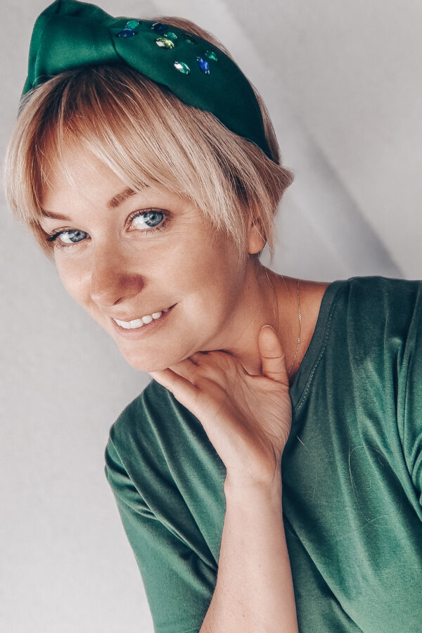 w zielonej opasce na głowie dziewczyna blond wysyzcie opaska węzłem do włosów