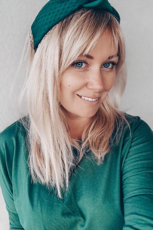 dziewczyna z grzywką w zielonej opasce czarnej woalce